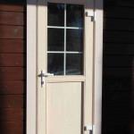 входная деревянная дверь со стелом