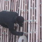 монтаж межвенцового уплотнителя вспененный полиэтилен (лента 4 мм на 6 мм) в специальный паз в профиле утепленного пакетного бруса LOGECO