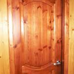 филенчатая дверь покраска не кроющая с текстурой дерева. материал - сосна
